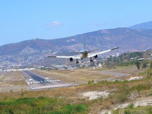 An AA 757-200 Landing runway 02 at Toncontin International Airport (Prior to removal of the hillock), Honduras